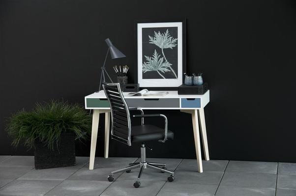 Tessi desk image 5